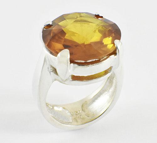 Topacio citrino en anillo.