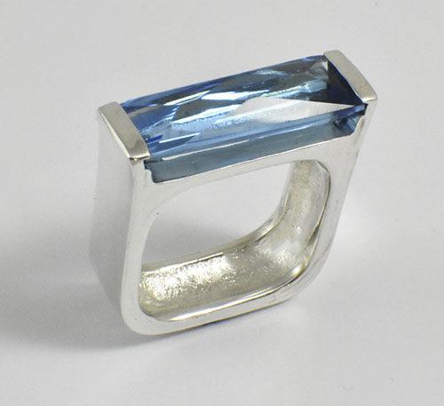 Topacio azul en anillo.