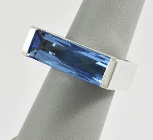 Anillo de plata ley 0,950 con peso 10 gramos con topacio azul talla rectangular 6 quilates de peso. Diseño moderno.