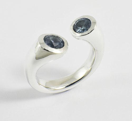 Anillo de plata con topacios azules