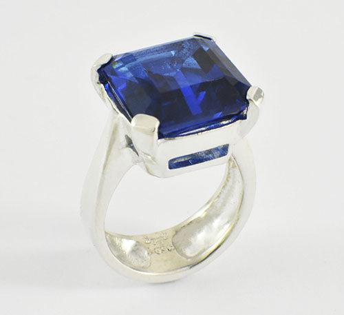 Topacio azul en anillo de plata