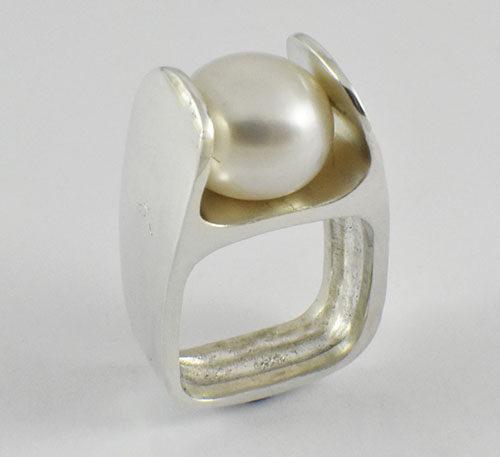 Perla natural en anillo de plata