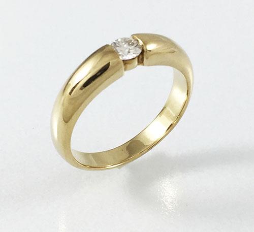 anillo de matrimonio solitario de oro con diamantes