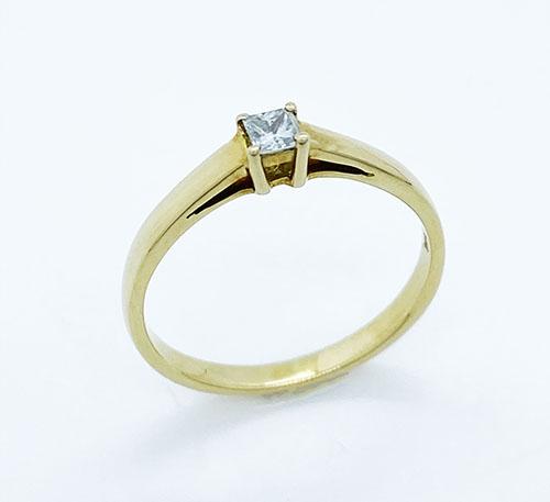 Anillo de compromiso en oro con diamante talla princesa