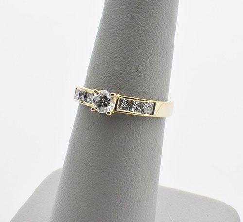 Anillo de compromiso en oro de 18k con peso 3 gramos. Diamante central brillante.
