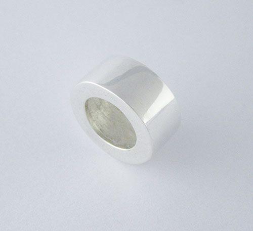 Dije de plata ley 0,950 con peso 5 gramos. Diseño en forma de rueda.