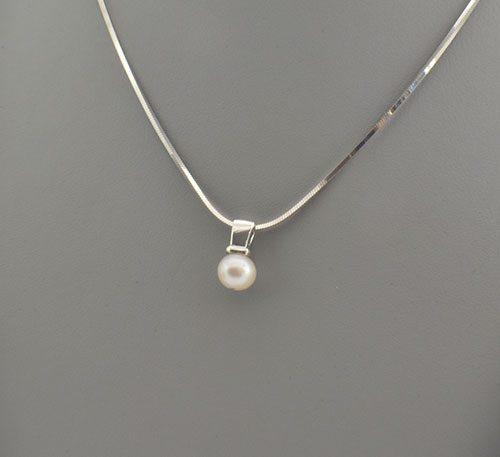 Dije de plata ley 0,950 con peso 2 gramos y perla natural de cultivo de 7 mm de diámetro.