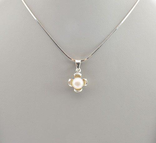 Dije de plata ley 0,950 con peso 2 gramos y perla natural de cultivo de 7 mm de diámetro. Diseño de 4 pétalos.