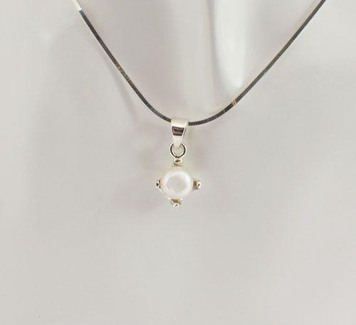 Dije de plata ley 0,950 con peso 2 gramos y perla natural de cultivo de 7 mm de diámetro. Diseño de 4 uñas.
