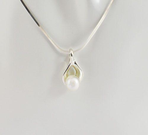 Dije de plata ley 0,950 con peso 2 gramos y perla natural de cultivo de 7 mm de diámetro. Diseño de ostra natural.