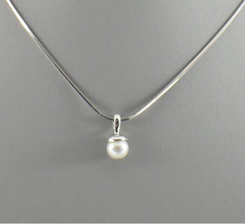 Dije de plata ley 0,950 con peso 2 gramos y perla natural de cultivo de 7 mm de diámetro. Diseño de colgante.