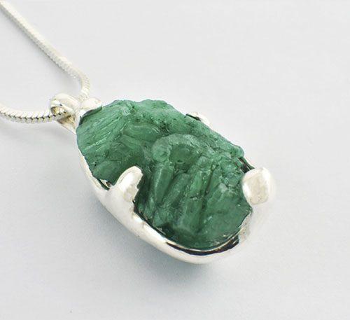 Dije con roca de esmeralda
