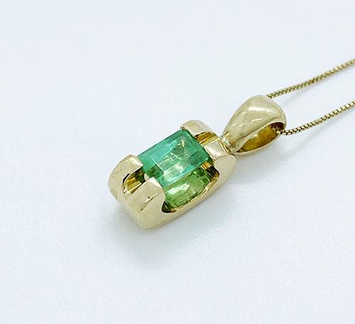 Colgante de oro con esmeralda