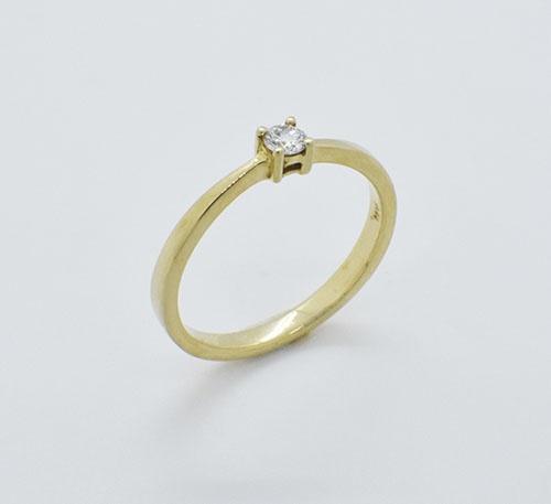 Anillo de compromiso en oro con diamante talla brillante de 0,11 quilates