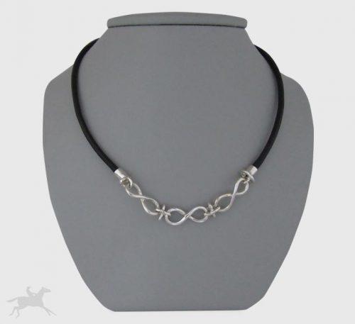 Collar de plata ley 0,950 y cuero natural con peso 9,5 gramos. Diseño 3 infinitos