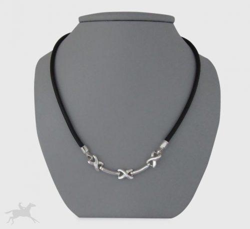 Collar de plata ley 0,950 y cuero natural con peso 9 gramos. Diseño de 3 eslabones