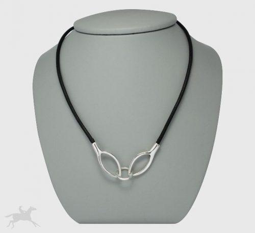 Collar de plata ley 0,950 y cuero natural con peso 7 gramos. Diseño de 2 eslabones