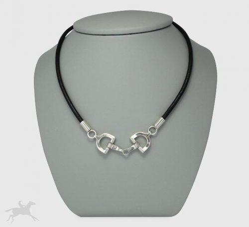 Collar de plata ley 0,950 y cuero natural con peso 9,5 gramos. Diseño de 2 filetes