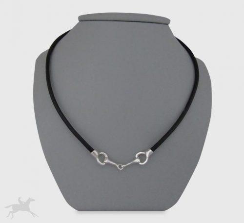 Collar de plata ley 0,950 y cuero natural con peso 8 gramos. Diseño de 2 eslabones
