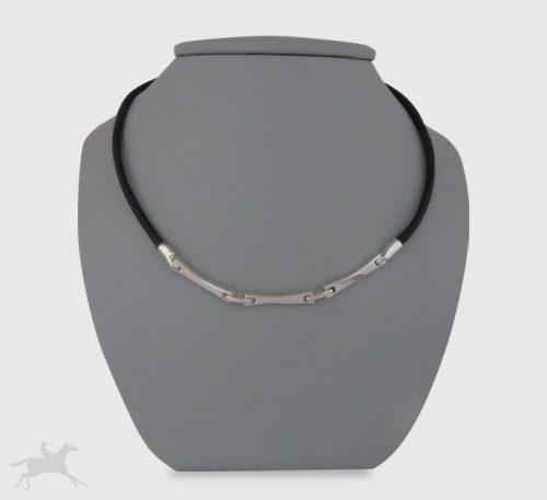 Collar de plata ley 0,950 y cuero natural con peso 8 gramos. Diseño de 3 eslabones