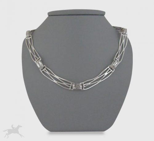 Collar de plata ley 0,950 con peso 40 gramos. Diseño de eslabones de red alargada.