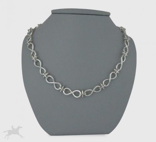 Collar de plata ley 0,950 con peso 36 gramos. Diseño de eslabones infinito.