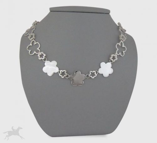 Collar de plata ley 0,950 con peso 28 gramos. Diseño de eslabones de flores