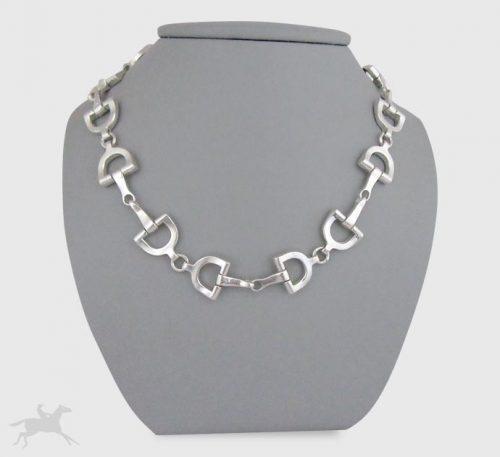 Collar de plata ley 0,950 con peso 67 gramos. Diseño de eslabones de filetes planos