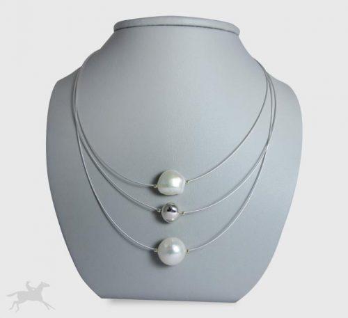 Collar de guaya y esfera plata con perlas naturales cultivo de 10 mm de diámetro.