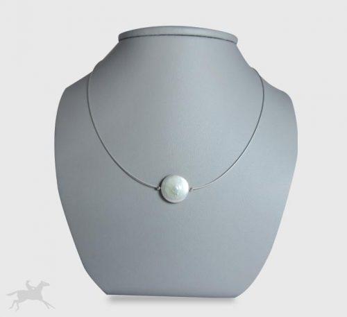 Collar de plata con perla natural de cultivo forma plana de 9 mm de diámetro.