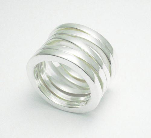 Anillo de plata ley 0,950 con peso 15 gramos. Diseño de 5 argollas aleatorias.