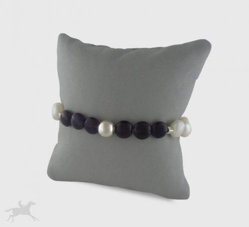 Pulsera de perlas naturales de cultivo y amatistas naturales de forma esfera de diámetro 6 mm con esfera y cierre de plata.