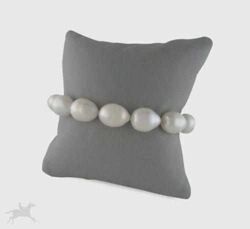 Pulsera de perlas naturales de cultivo de forma oval de medidas 8x6 mm con cierre de plata.