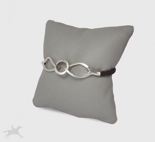 Pulsera de plata ley 0,950 peso 6 gramos con cuero natural color negro. Diseño de eslabones en forma de ojales enlazados.
