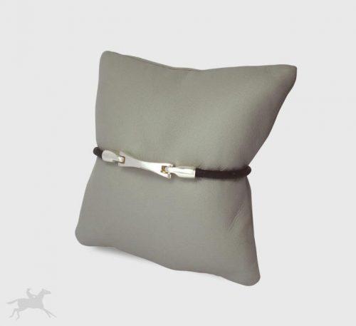 Pulsera de plata ley 0,950 peso 6 gramos con cuero natural color negro. Diseño de eslabón alargado.
