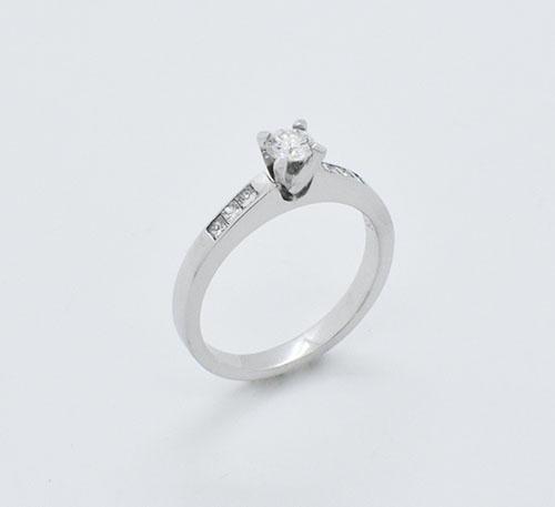 Anillo compromiso oro blanco con diamante de 0,22 quilates y 6 princesa