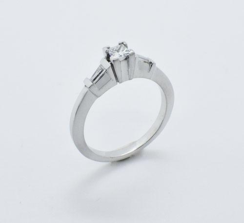 Anillo de compromiso en oro blanco con diamante de 0,20 quilates y trapecios