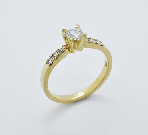 Anillo de compromiso en oro con diamante de 0,30 quilates y seis brillantes