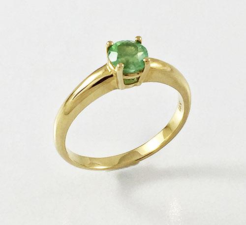 anillo de oro con esmeralda