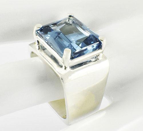 Anillo de plata con topacio azul rectangular
