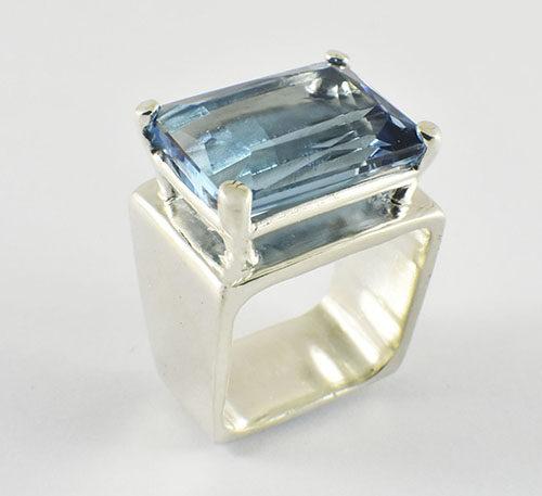topacio azul natural en anillo
