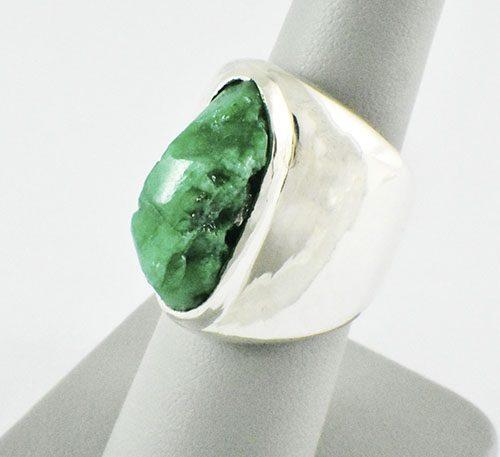 anillo de plata con esmeralda
