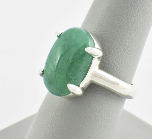 esmeralda cabuchon en anillo