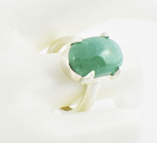 anillo de plata con esmeralda cabuchon