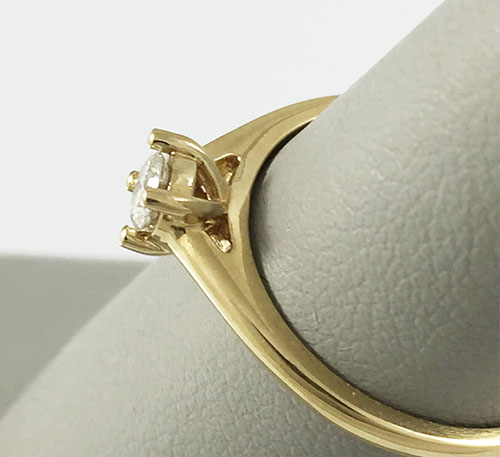 anillo solitario de compromiso en oro con diamante