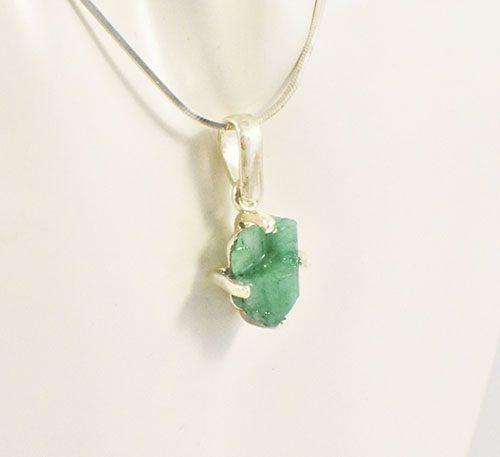Dije colgante de plata ley 0,950 peso 2,7 gramos con roca de esmeralda colombiana (morralla) buen color denso