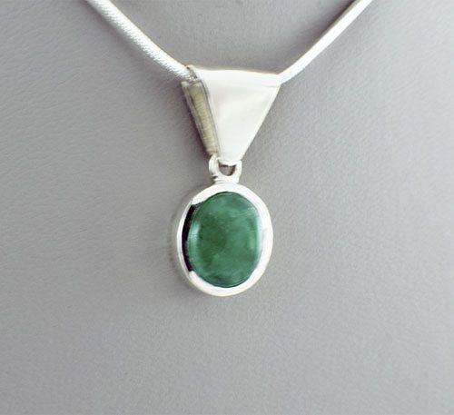 Dije colgante de plata con esmeralda talla ovalada cabuchon.