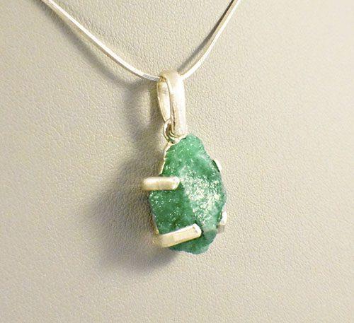 Dije colgante de platacon roca de esmeralda colombiana (morralla) buen color