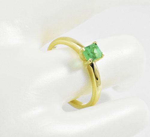 Esmeralda en anillo.