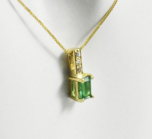 esmeralda en pendiente de oro
